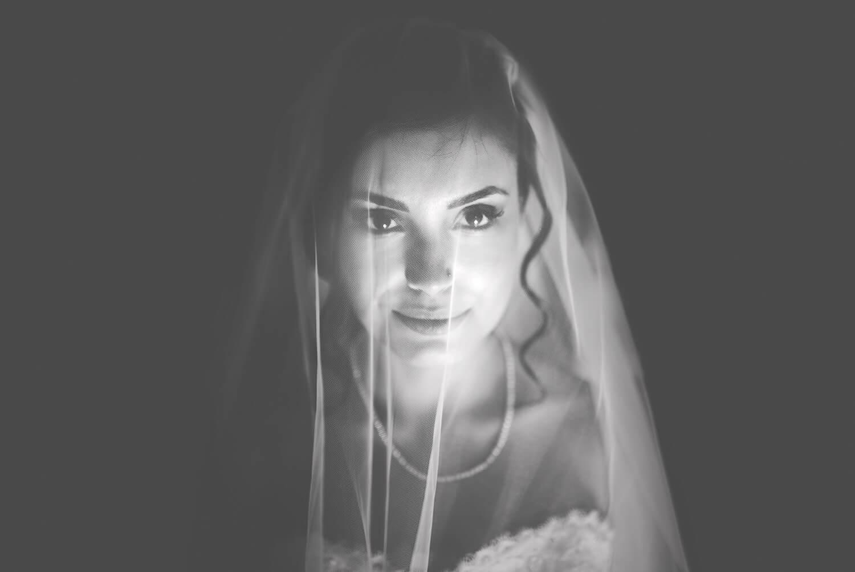 Primo piano sulla sposa. Veronica e Davide sposi in Ogliastra a Perdasdefogu, Nuoro. Beniamino Lai, Fotografo professionista di Matrimonio in Sardegna.