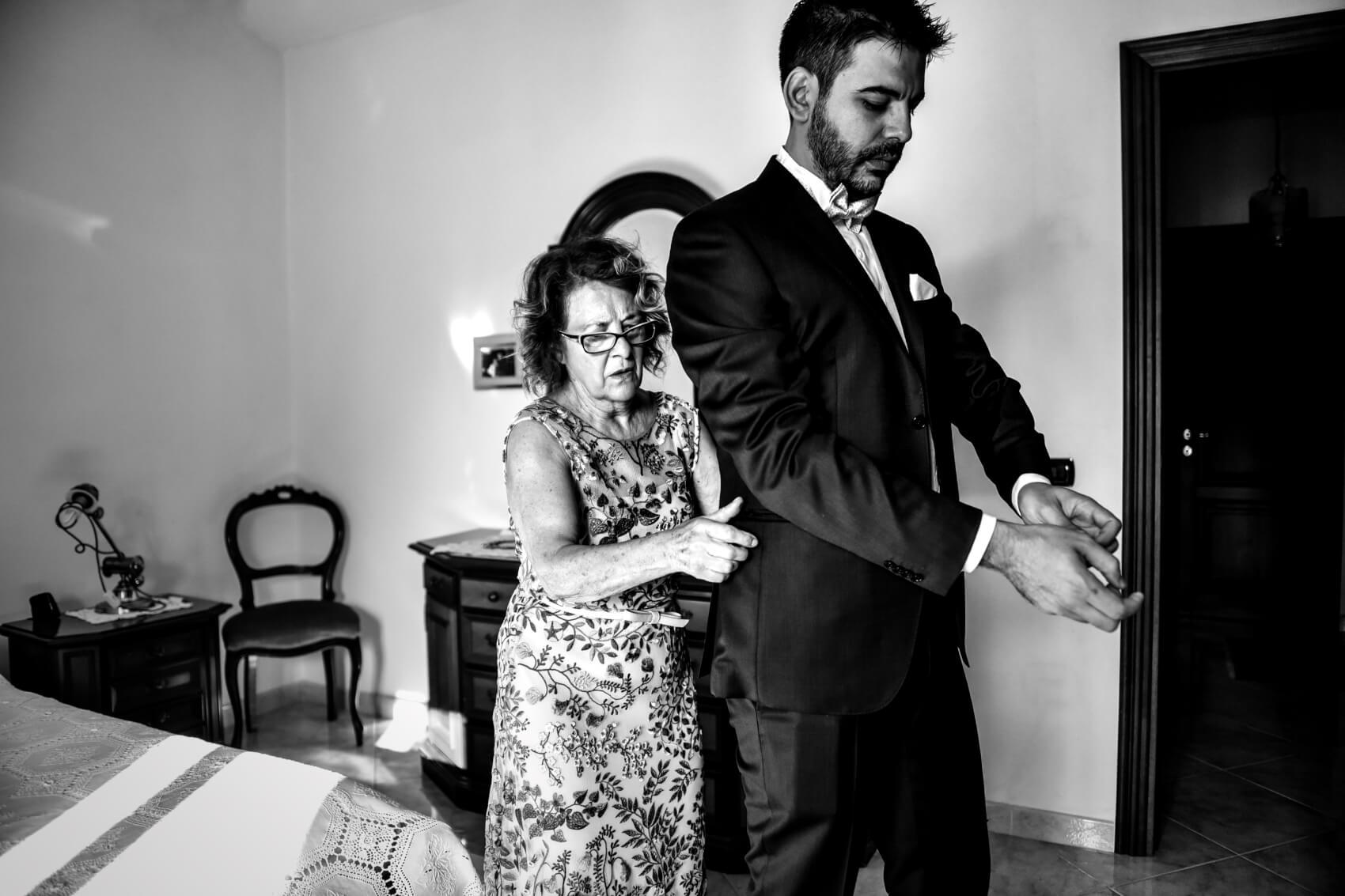 Vestizione dello sposo. Fotografo di matrimonio a Pattada