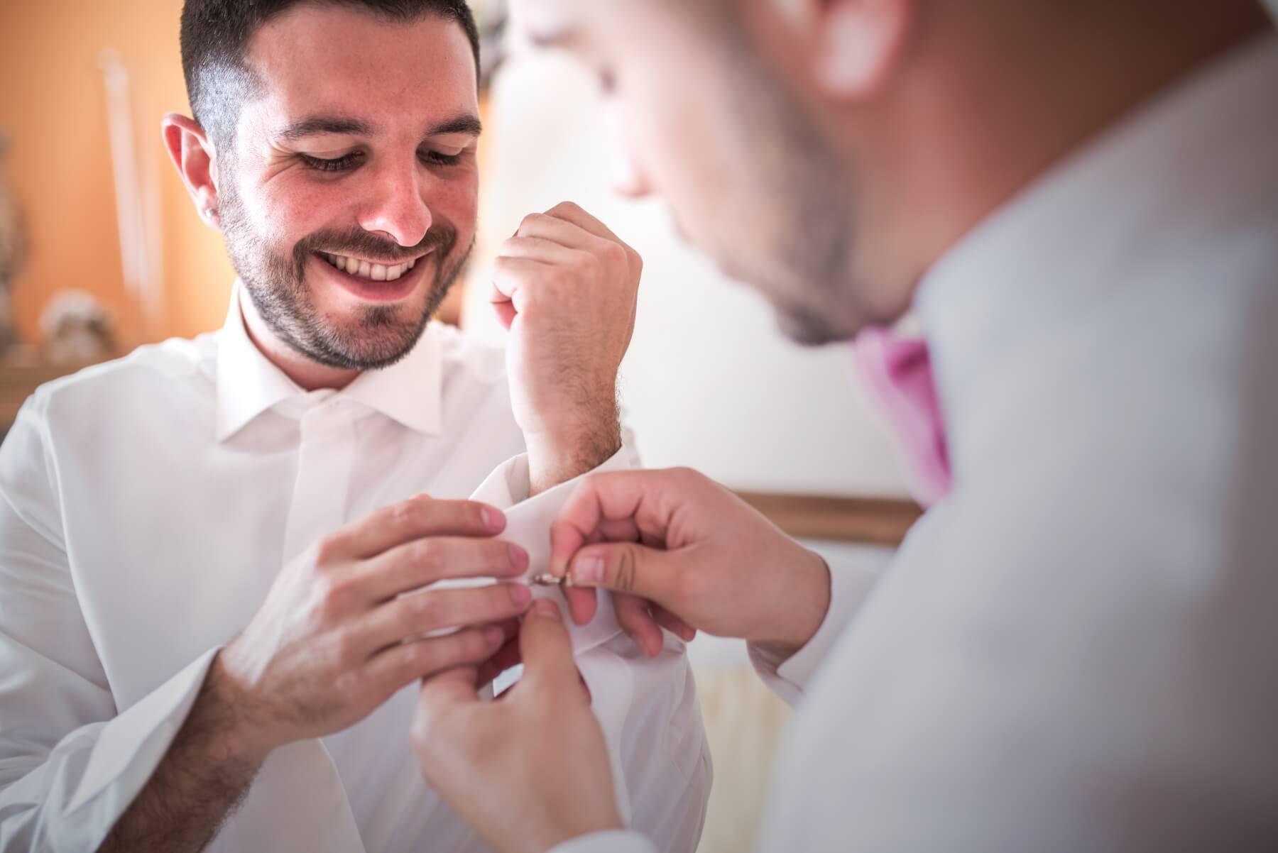 La vestizione dello sposo. Debora e Fabio sposi in spiaggia a Barisardo, Sardegna. Beniamino Lai, Fotografo professionista di Matrimonio in Sardegna.