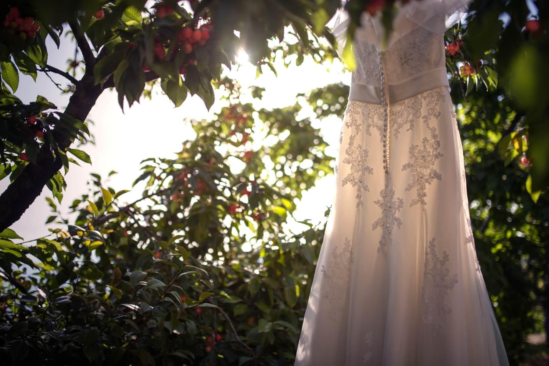 Foto dell'abito da sposa. Debora e Fabio sposi in spiaggia a Barisardo, Sardegna. Beniamino Lai, Fotografo professionista di Matrimonio in Sardegna.