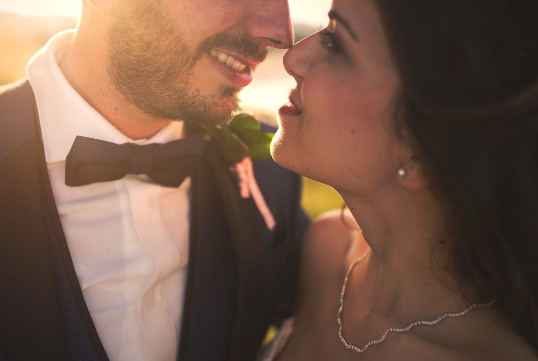 Inquadratura di primo piano sugli sposi. Debora e Fabio sposi in spiaggia a Barisardo, Sardegna. Beniamino Lai, Fotografo professionista di Matrimonio in Sardegna.