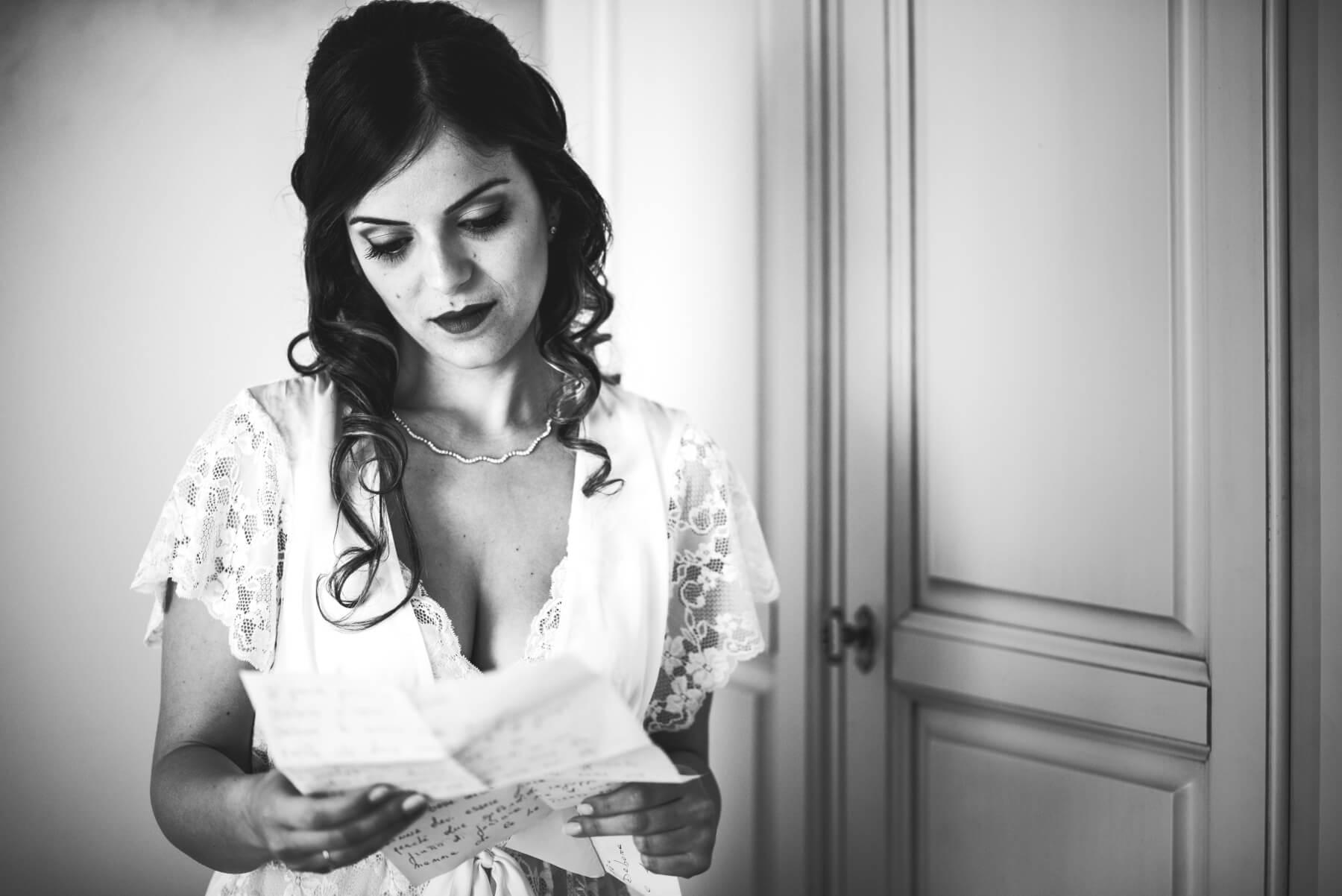 Primo piano della sposa. Debora e Fabio sposi in spiaggia a Barisardo, Sardegna. Beniamino Lai, Fotografo professionista di Matrimonio in Sardegna.
